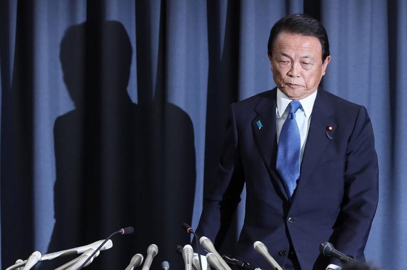 Menkeu Jepang Taro Aso dalam konferensi pers di Tokyo, 4 Juni 2018. (Foto: AFP/JIJI PRESS)