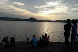 Menunggu Azan Magrib di Setu Patok Cirebon