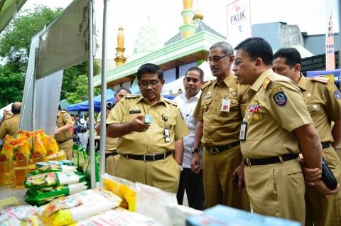Penjabat Gubernur Sulsel Sumarsono (kiri) usai membuka pasar
