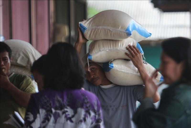 Kuli panggul tengah membawa beras di Pasar Dargo, Kota Semarang, Jawa Tengah. Medcom.id/Budi Arista Romadhoni
