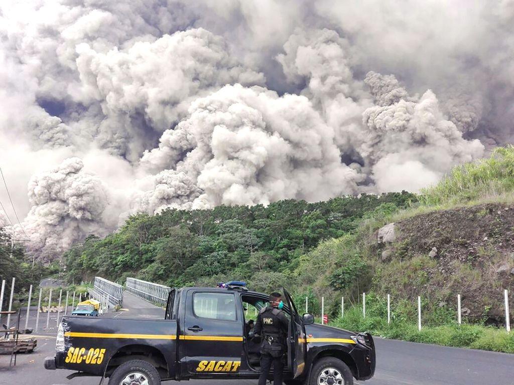 Asap yang mengepul dari gunung Fuego. (Foto: AFP)