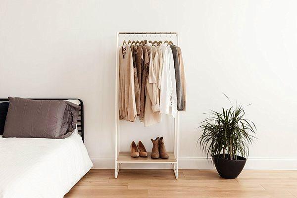 Rak pakaian bisa menjadi 'lemari' pakaian terbuka. amazon/huffingtonpost