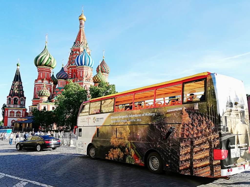 Bus Wonderful Indonesia susuri jalanan Moskow. (Foto: Dok. KBRI Rusia).