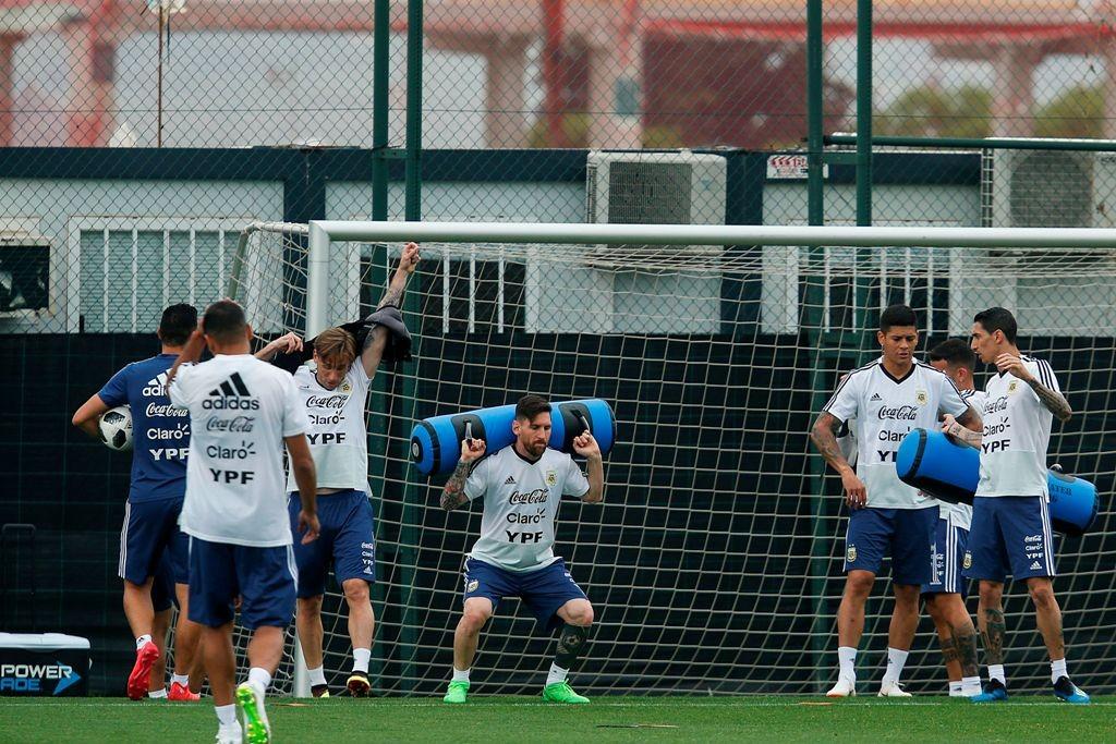 Timnas Argentina sedang melakukan latihann di markas Barcelona. (Foto: AFP/PAU BARRENA)