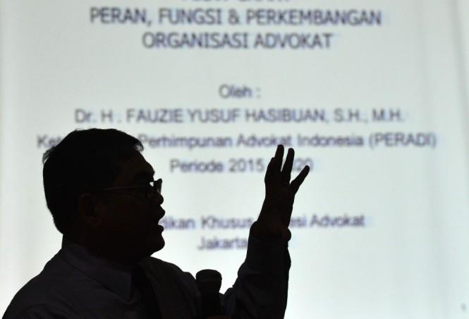Ketua Umum Peradi Fauzie Yusuf Hasibuan memberikan materi saat pendidikan khusus profesi advokat di Jakarta, Senin (26/10/2015). Foto: Antara/Prasetyo Utomo