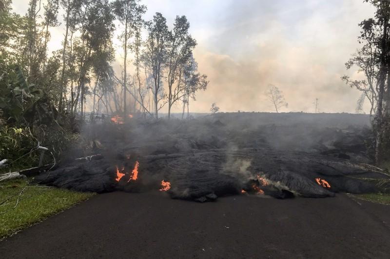 Lava mengalir di Jalan Kahukai di Hawaii, AS, 31 Mei 2018. (Foto: AFP/USGS)