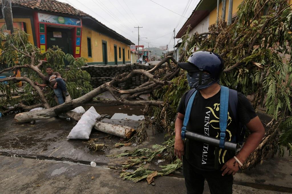 Pengunjuk rasa membuat barikade di kota Masaya, Nikaragua, 5 Juni 2018. (Foto: AFP/INTI OCON)