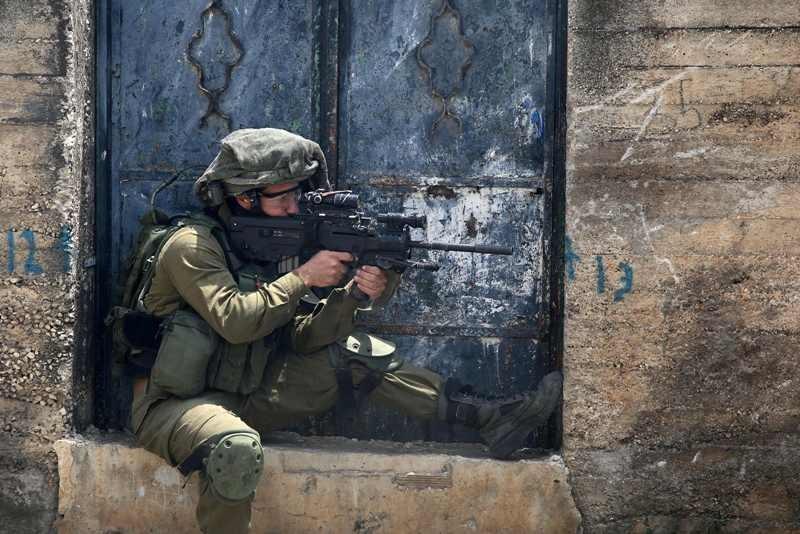 Prajurit israel melakukan kerap melakukan kekerasan terhadap warga Palestina (Foto: AFP).