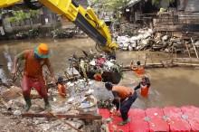 Antisipasi Banjir, Sampah Kali Krukut Dikeruk