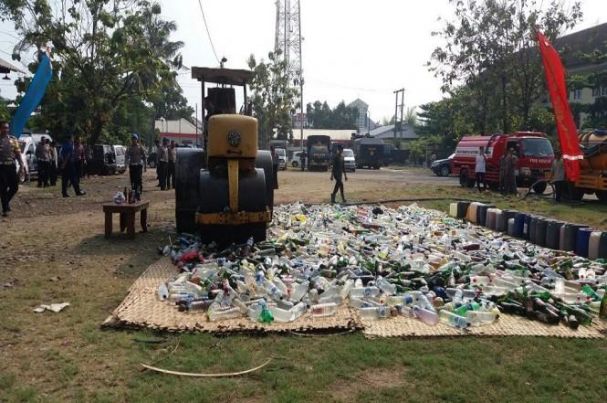 Pemusnahan barang bukti berupa minuman keras yang beredar tanpa izin, miras oplosan, dan petasan di Demak, Medcom.id - Rhobi Shani