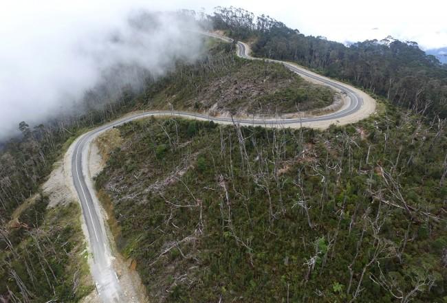 Foto udara jalur Trans Papua, Wamena-Habema, Papua, Selasa (9/5/2017). Antara Foto/Indrianto Eko Suwarso
