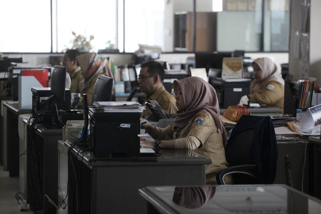 Ilustrasi: Pegawai negeri sipil (PNS) melakukan aktivitas di Badan Kepegawaian Daerah (BKD) lantai 20 Balai Kota DKI, Jakarta. MI/Arya Manggala
