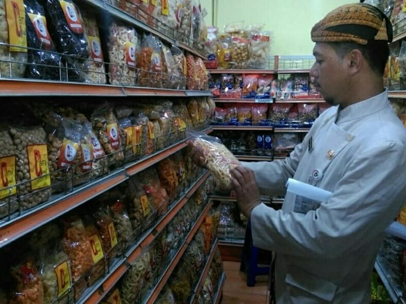 Tim keamanan pangan Kota Surakarta inspeksi mendadak (sidak) pengawasan keamanan pangan jelang Idulfitri.  Medcom.id/Pythag Kurniati