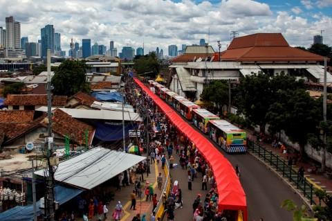 Sejumlah tenda PKL berdiri di Jalan Jatibaru Raya, Tanah Abang,