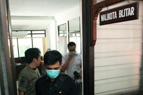 Penyidik KPK keluar seusai melakukan penggeledahan di Kantor Pemkot Blitar, Blitar, Jawa Timur.