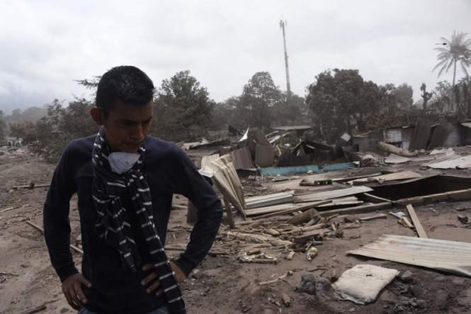 Warga Guatemala mencari keluarganya yang hilang dalam erupsi Gunung Fuego (Foto: AFP).