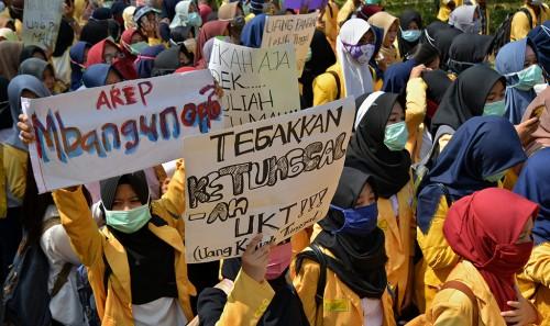 Mahasiswa Universitas Negeri Semarang (Unnes) saat berunjuk rasa