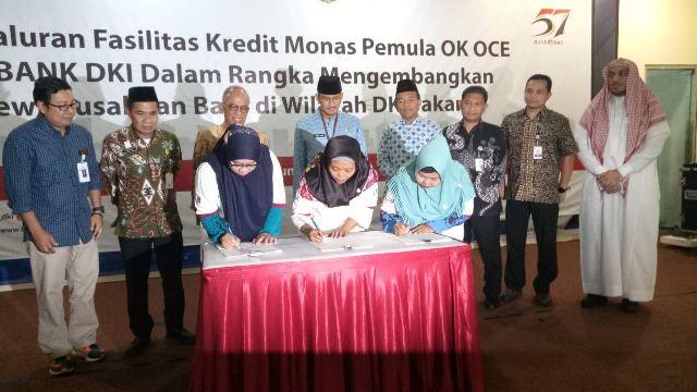 Wakil Gubernur DKI Jakarta Sandiaga Uno memperhatikan proses penyaluran kredit kepada warga anggota Gerakan OK OCE di Jakarta Timur