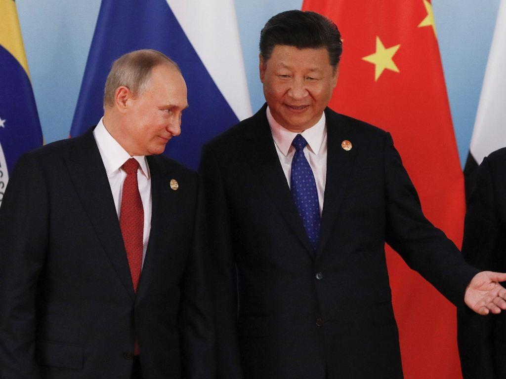 Presiden Rusia Vladimir Putin (kiri), Presiden Tiongkok Xi Jinping (kanan). (Foto: AFP).