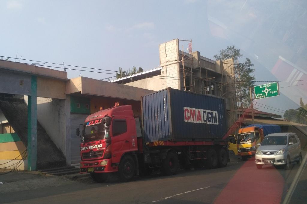 Sebuah truk melintas di Kota Jepara, Medcom.id - Rhobi Shani