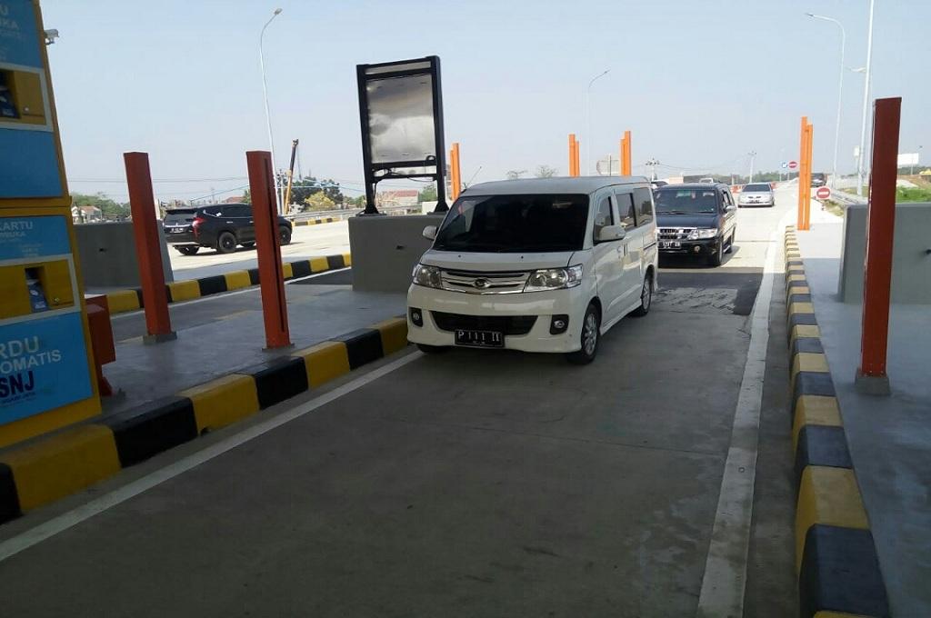 Sebuah kendaraan memasuki gerbang tol Solo-Ngawi, tol yang dibuka fungsional selama musim mudik Lebaran, Jumat 8 Juni 2018, Medcom.id - Pythag