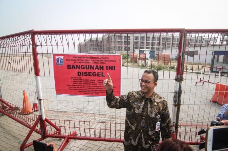 Gubernur DKI Jakarta Anies Baswedan meninjau penyegelan di Pulau D reklamasi Teluk Jakarta, Jakarta. Foto: Antara/Dhemas Reviyanto.