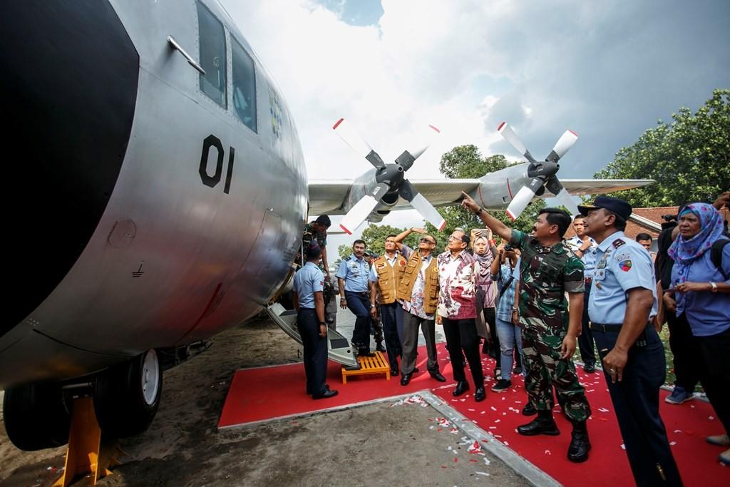 Panglima TNI Marsekal Hadi Tjahjanto (tiga kiri) melihat pesawat C-130 Hercules di Museum Pusat TNI AU Dirgantara Mandala, Sleman, DI Yogyakarta, Selasa (24/4/2018). Foto: Antara/Hendra Nurdiyansyah