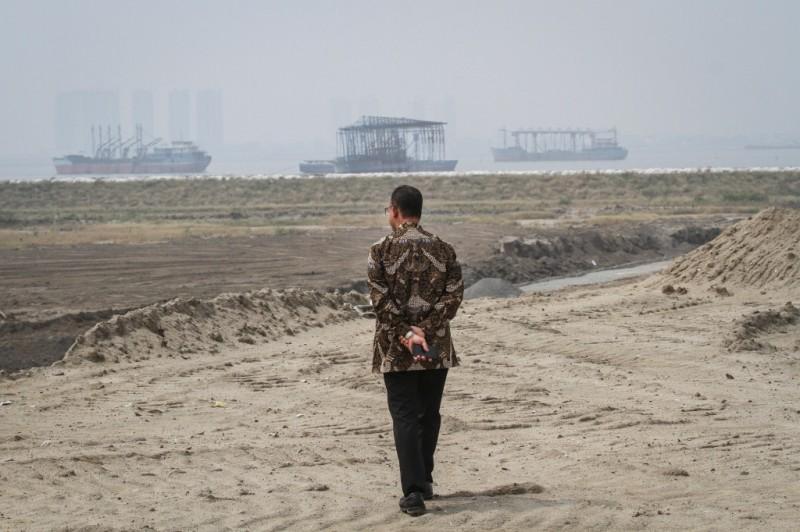 Gubernur DKI Jakarta Anies Baswedan meninjau salah satu kawasan di pulau reklamasi Teluk Jakarta, Jakarta. Foto: Antara/Dhemas Reviyanto.