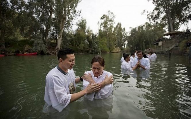 WNI dibaptis di Sungai Yordan yang ada di Israel. (Foto: Times of Israel).