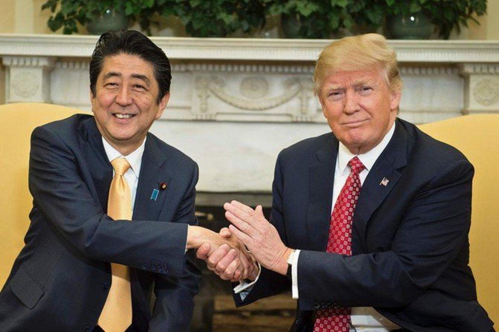 Presiden Amerika Serikat Donald Trump (kanan) bersama dengan Perdana Menteri Jepang Shinzo Abe (FOTO: AFP)