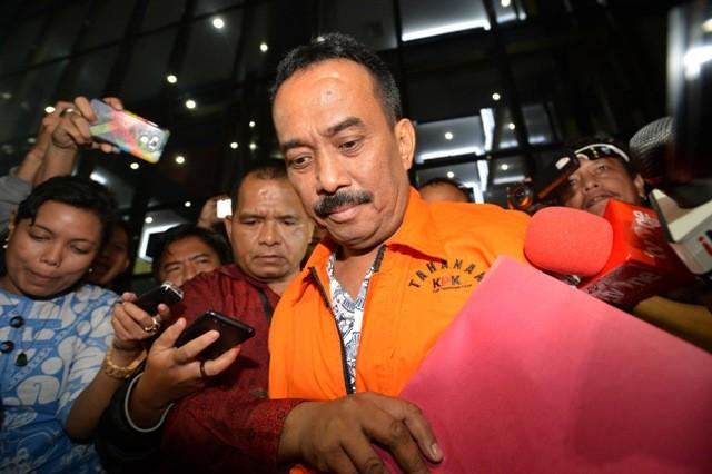 Wali Kota Blitar Muhammad Samanhudi Anwar (kanan) mengenakan rompi tahanan seusai menjalani pemeriksaan di gedung KPK Jakarta, Sabtu (9/6). Foto: Antara/Wahyu Putro
