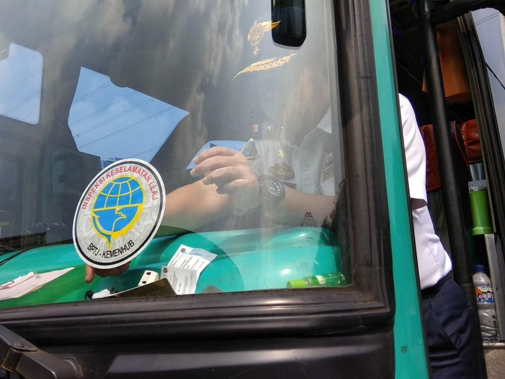 Kepala Dinas Perhubungan (Kadishub) Jakarta Andri Yansyah menempelkan stiker pada salah satu bus yang telah lulus uji kelaikan (ramp check). (Foto: Medcom.id/Fachri Audhia Hafiez).