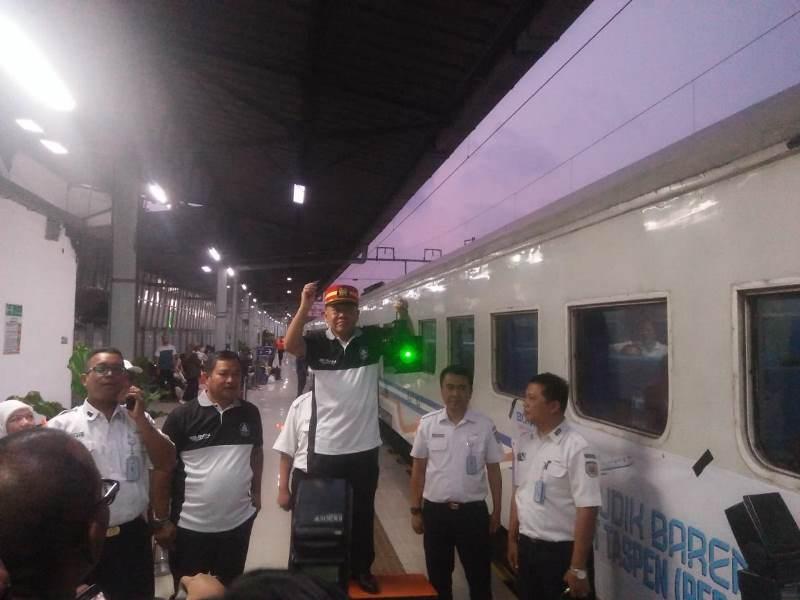 Direktur SDM dan Umum PT Taspen Bagus Rumbogo saat melepas mudik menggunakan kereta api di Stasiun Pasar Senen.