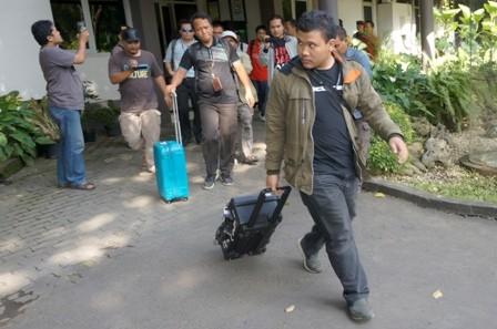 Penyidik KPK berjalan keluar dari gedung kantor Dinas Pekerjaan Umum dan Penataan Ruang (PUPR) Tulungagung,Tulungagung, Jawa Timur, Sabtu (9/6/2018). Antara/Destyan Sujarwoko