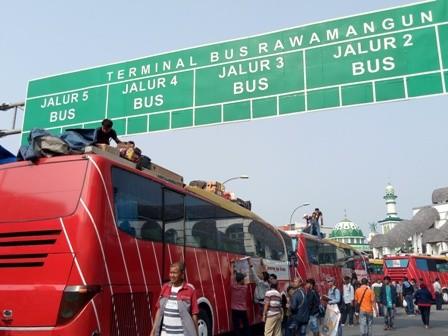 Terminal Rawamangun Dipadati Pemudik Tujuan Padang