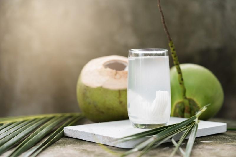 Air kelapa dikenal sebagai minuman isotonik alami karena selain mehidrasi tubuh, juga alami, dan asli (Foto:Shutterstock)