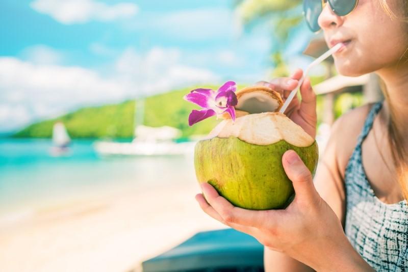 Untuk menjaga tubuh tetap terhidrasi, Anda bisa minum air kelapa yang cepat membantu mengisi ulang cairan tubuh (Foto:Shutterstock)