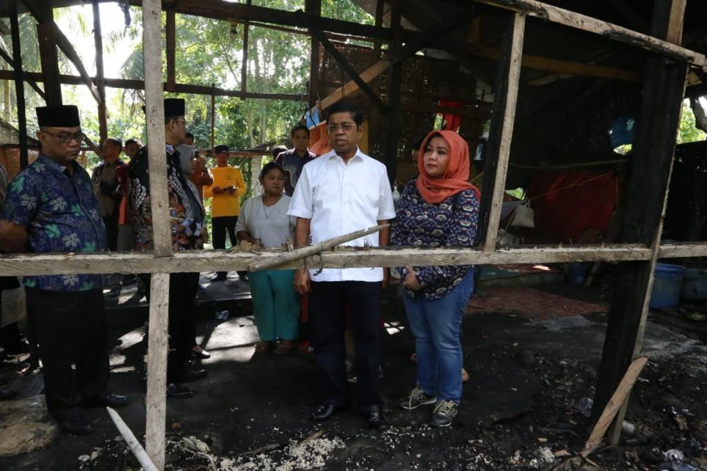 Mensos Idrus Marham berkunjung dan menyerahkan bantuan untuk warga korban kebakaran di Kelurahan Maccirinna, Patampanua, Kabupaten Pinrang, Sulawesi Selatan, Minggu, 10 Juni 2018 (Foto:Dok)