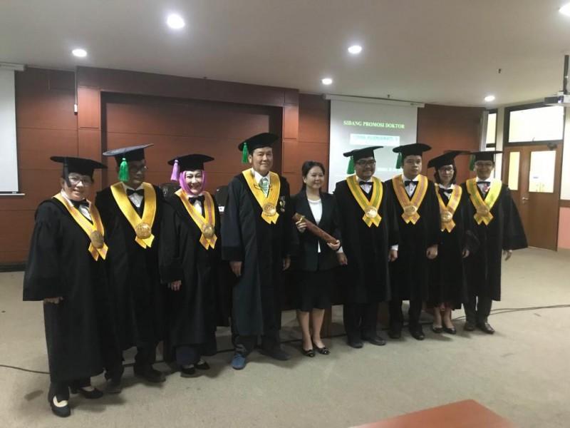 Pengukuhan Wakil Dekan Fakultas Kedokteran Gigi , Dr. Vinna Kurniawati S yang telah menyelesaikan studi doktoral di Unpad. Foto: Dok. Maranatha