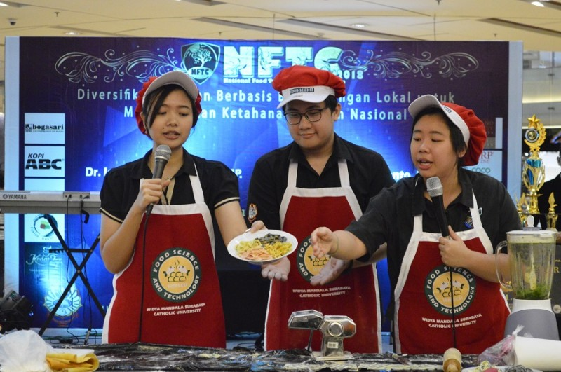Tiga mahasiswa UKWMS memamerkan buah karyanya, yakni rainbow noodle. Foto: Dok. UKWMS