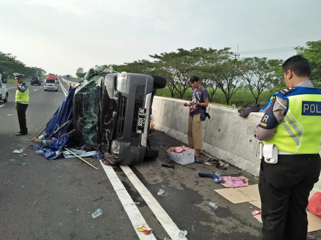 Pikap yang mengangkut 12 penumpang ditabrak dari belakang sehingga menabrak beton pembatas dan terbalik. Medcom.id/Ahmad Rofahan
