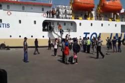 Kapal Angkut Pemudik dan Sepeda Motor Berlabuh di Tanjung Emas