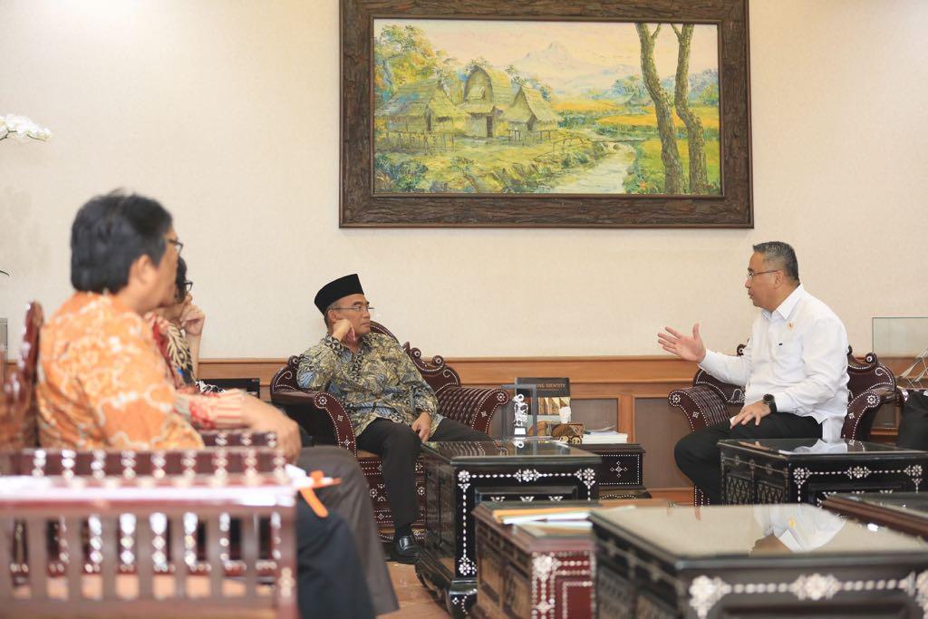 Menteri Desa PDTT, Eko Putro Sandjojo bertemu dengan Mendikbud, Muhadjir Effendy membahas pembangunan pendidikan di desa. Foto: Humas Kemendes PDTT