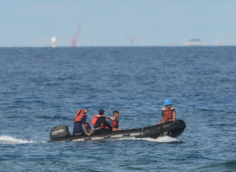 Penjaga pantai Filipina yang berjaga di terumbu yang disengketakan. (Foto: AFP)
