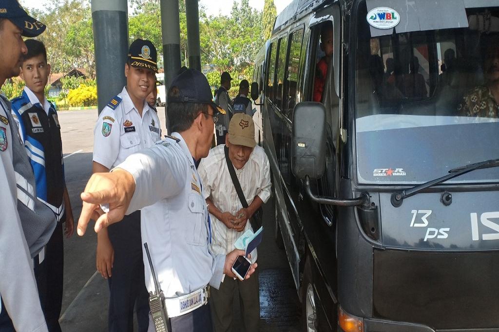Petugas melakukan tilang pada sopir bus rental yang tak mengantongi izin perjalanan di Jombang, Medcom.id - Nurul Hidayat