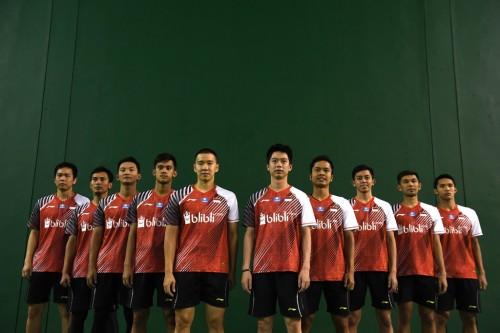 Piala Thomas Indonesia berfoto bersama mengenakan kostum tim di