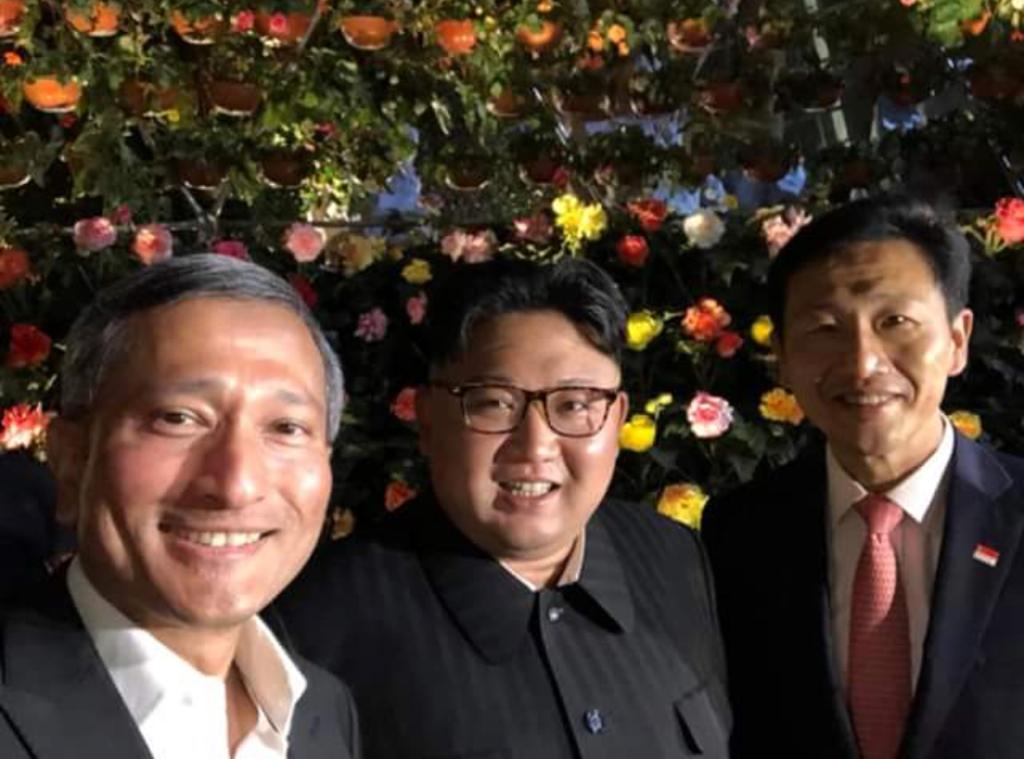 Pemimpin Korea Utara Kim Jong-un (tengah) bersama Menteri Luar Negeri Singapura, Vivian Balakrishnan (kiri) melakukan swafoto saat jalan-jalan malam di Singapura, Senin, 11 Juni 2018. Foto: Facebook Menteri Luar Negeri Singapura, Vivian Balakrishnan.