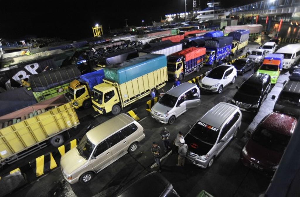 Sejumlah kendaraan yang akan menyeberang ke Sumatera antri hingga keluar area pelabuhan setelah layanan penyeberangan Merak-Bakauheni ditutup sementara di Pelabuhan Merak, Banten, Kamis (30/11). Foto: Asep Fathulrahman/Antara.