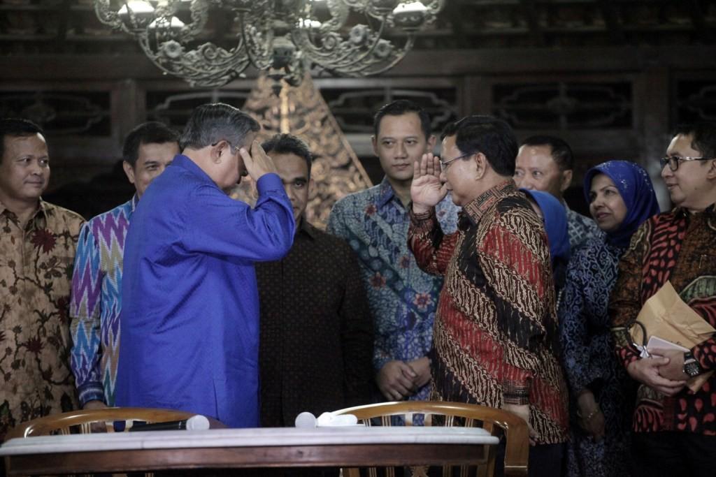 Ketum Demokrat Susilo Bambang Yudhoyono (kiri) memberi hormat kepada Ketum Gerindra Prabowo Subianto (kanan) seusai pertemuan di Kediaman SBY di Cikeas, Bogor, Jawa Barat. Foto: MI/Arya Manggala.