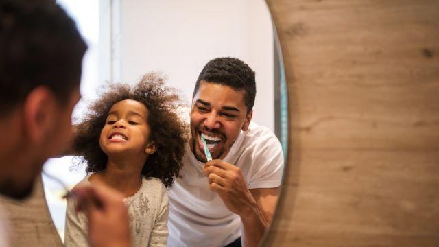 Sebuah penelitian baru menemukan bahwa membersihkan gigi sebelum tidur dapat membantu anak-anak tidur lebih baik. (Foto: Courtesy of Bernardbodo/Fotolia)